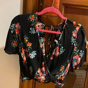 🌺 Black and floral crop top blouse 🌺